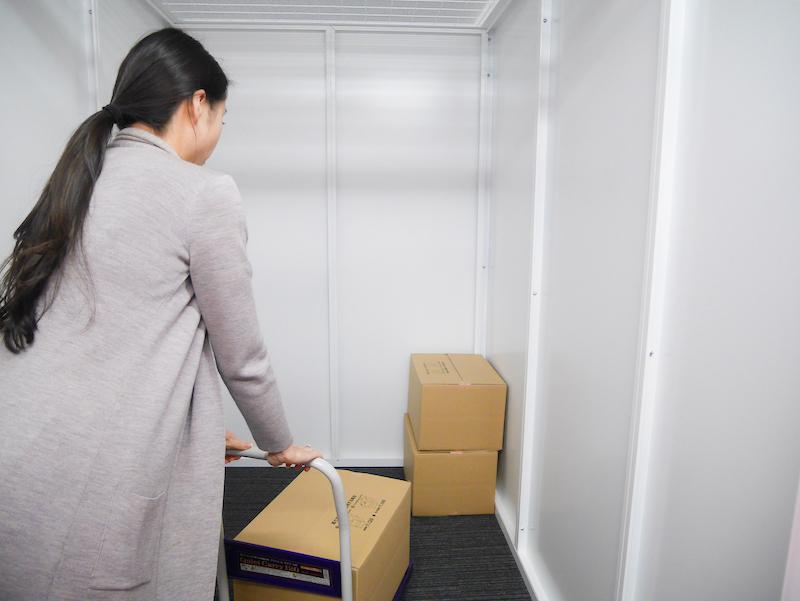 収納スペースへ荷物の搬入