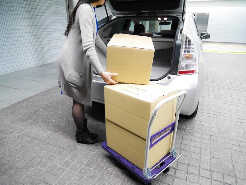 荷物を台車の載せる
