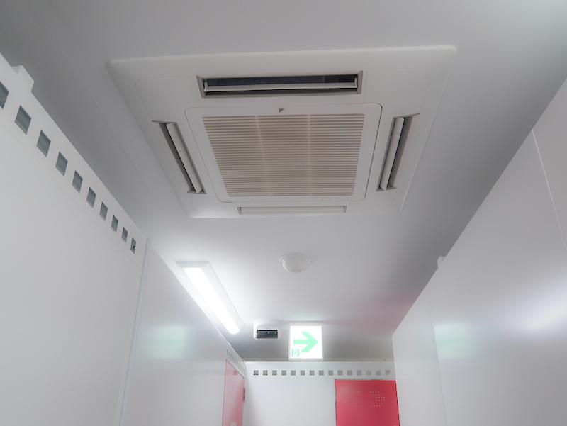トランクルームの各階に設置された大型エアコン